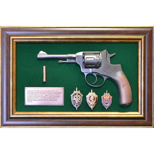 Панно с пистолетом Наган и знаками ФСБ 18-332