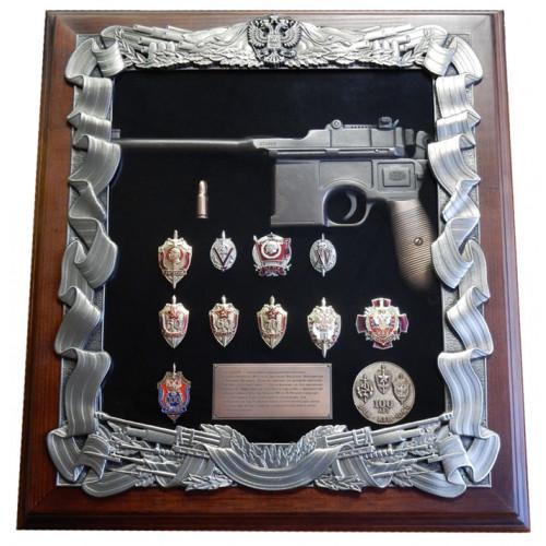 Ключница настенная с пистолетом Маузер и знаками ФСБ 16-270